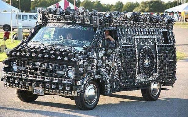 Ile aparatów fotograficznych zmieści się na jednym samochodzie? (Fot. Funniest-Place.com)