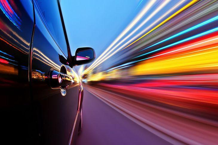 Zdjęcie samochodu i drogi pochodzi z serwisu Shutterstock