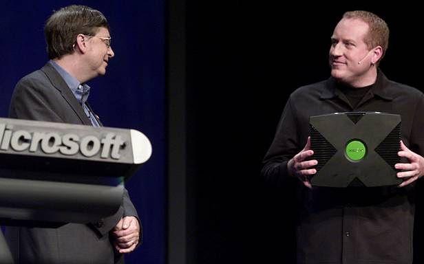 Bill Gates i Seamus Blackley podczas prezentacji Xboksa