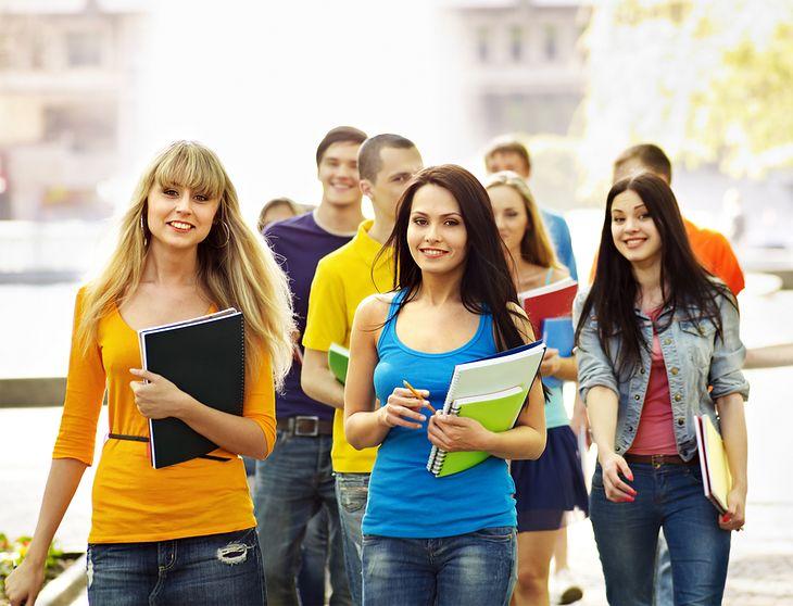 Zdjęcie studentów pochodzi z serwisu shutterstock.com