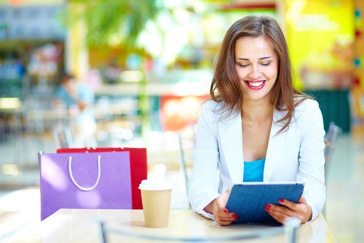 Zdjęcie dziewczyny korzystającej z Wi-Fi pochodzi z serwisu Shutterstock