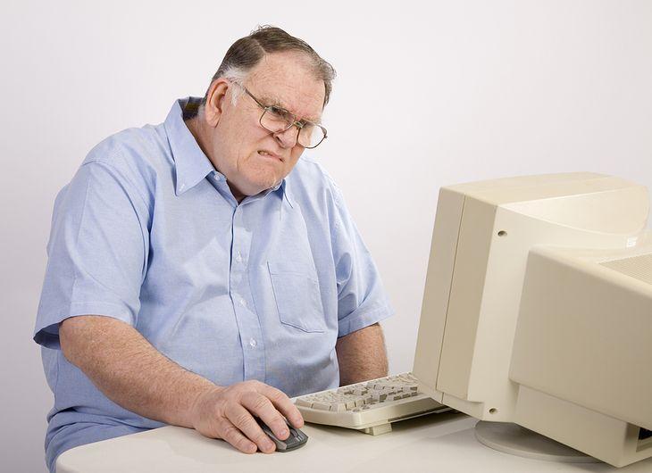 Zdjęcie starszego mężczyzny przed komputerem pochodzi z serwisu Shutterstock