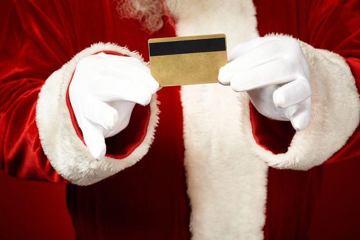 Zdjęcie świętego Mikołaja z kartą kredytową pochodzi z serwisu Shutterstock