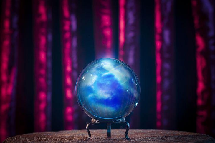 Zdjęcie szklanej kuli pochodzi z serwisu shutterstock.com