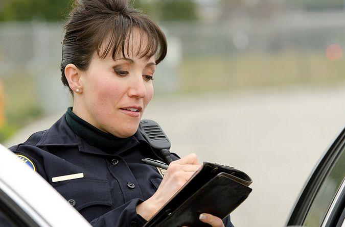 Zdjęcie policjantki pochodzi z serwisu shutterstock.com