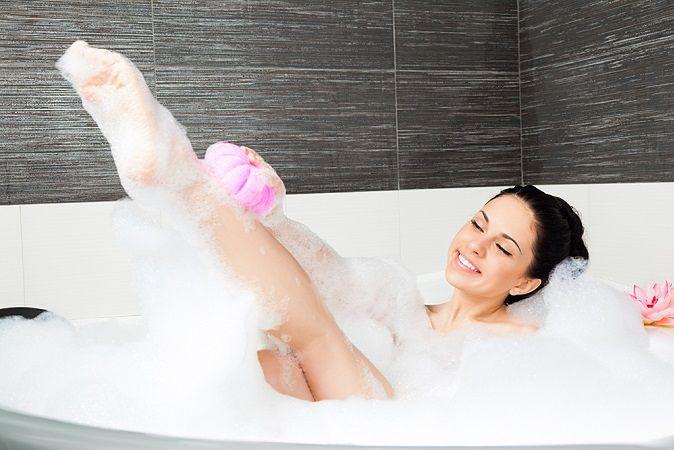Zdjęcie kobiety w łazience pochodzi z serwisu shutterstock.com