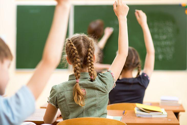 Zdjęcie dzieci w szkole pochodzi z serwisu Shutterstock