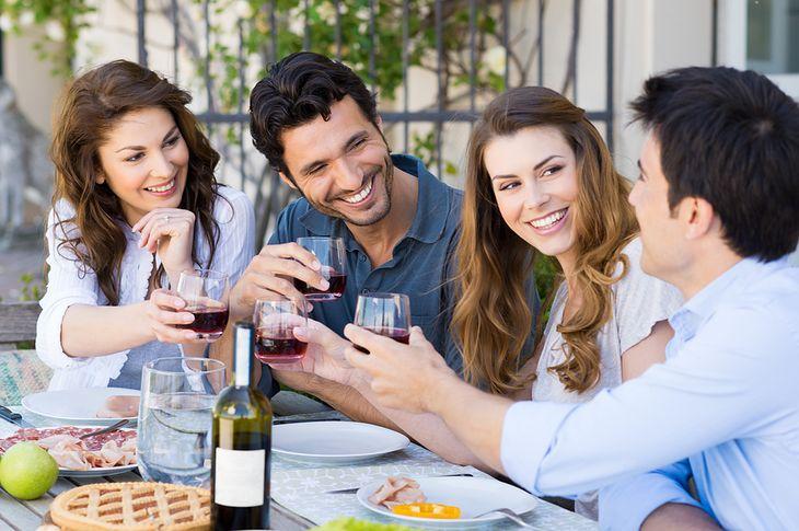 Zdjęcie grupy przyjaciół pochodzi z serwisu Shutterstock