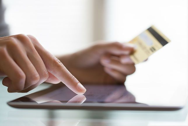 Zdjęcie karty płatniczej pochodzi z serwisu Shutterstock