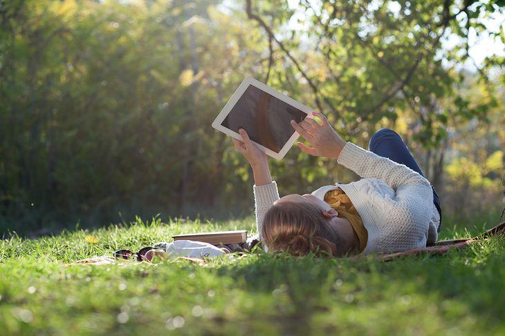 Zdjęcie dziewczyny z tabletem pochodzi z serwisu Shutterstock