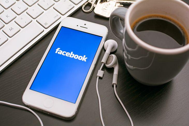 Zdjęcie Facebooka przy kawie pochodzi z serwisu Shutterstock, Fot. Twin Design