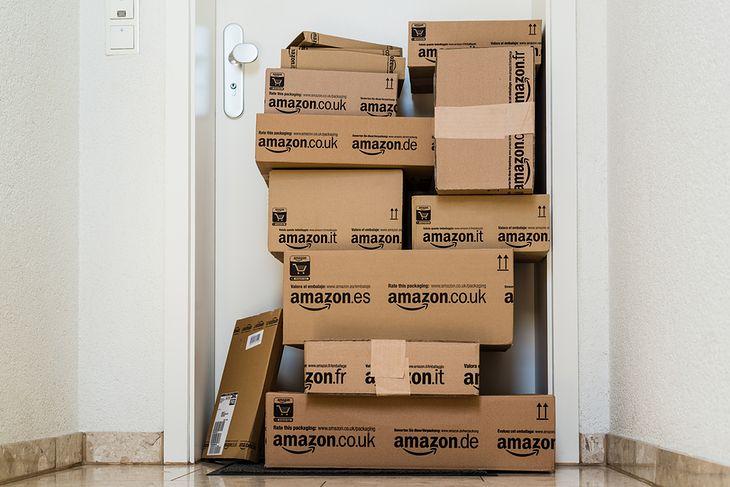 Zdjęcie paczek Amazona pochodzi z serwisu Shutterstock