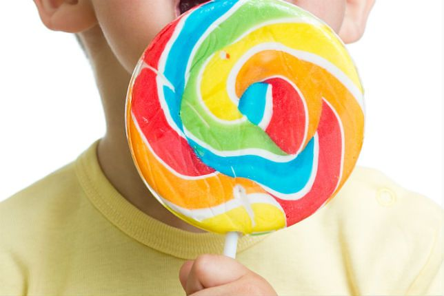 Zdjęcie dziecka z lizakiem pochodzi z serwisu Shutterstock