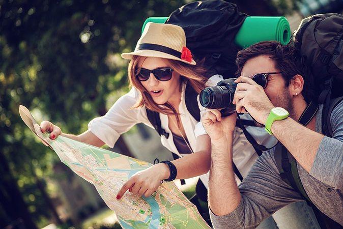 Zdjęcie podróżników pochodzi z serwisu shutterstock.com