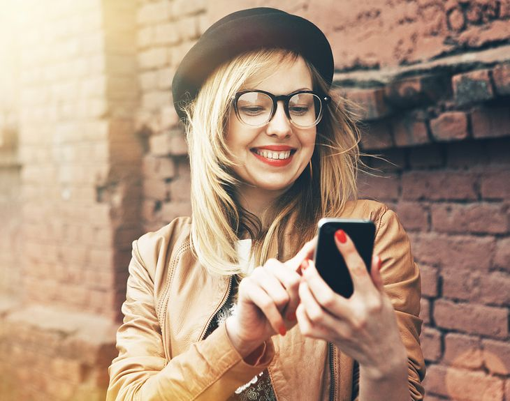 Zdjęcie dziewczyny z komórką pochodzi z serwisu Shutterstock