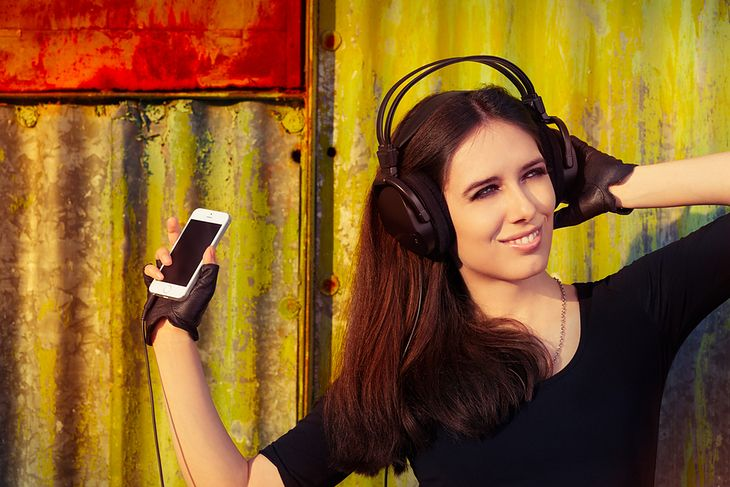 Zdjęcie dziewczyny słuchającej muzyki pochodzi z serwisu Shutterstock