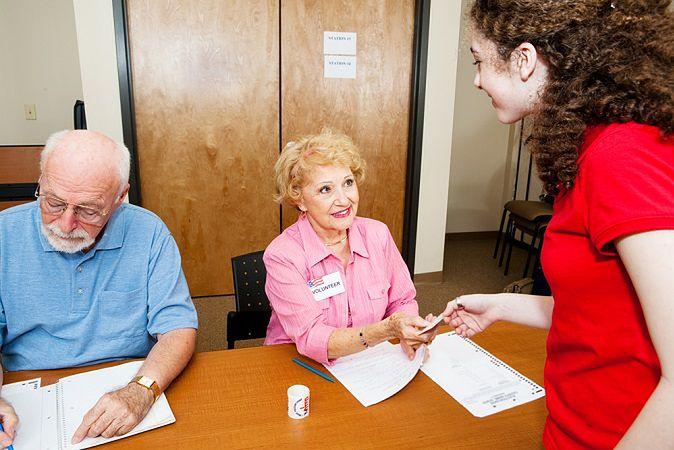 Zdjęcie pokazywania dowodu pochodzi z serwisu shutterstock.com