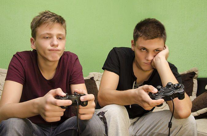 Zdjęcie znużonych grających pochodzi z serwisu shutterstock.com