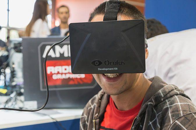 Zdjęcie Oculus Rift pochodzi z serwisu shutterstock.com