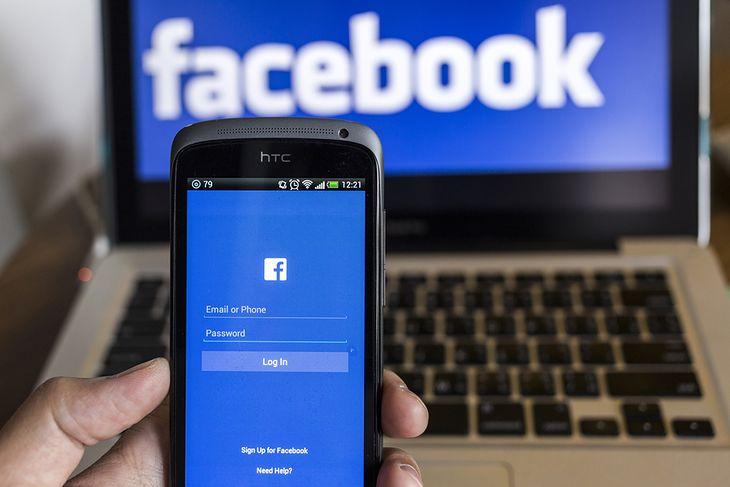 Zdjęcie Facebooka na różnych urządzeniach pochodzi z serwisu Shutterstock, autor: 2nix Studio