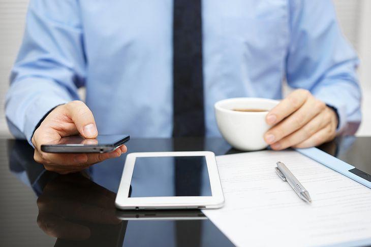 Zdjęcie mężczyzny podczas pracy pochodzi z serwisu Shutterstock