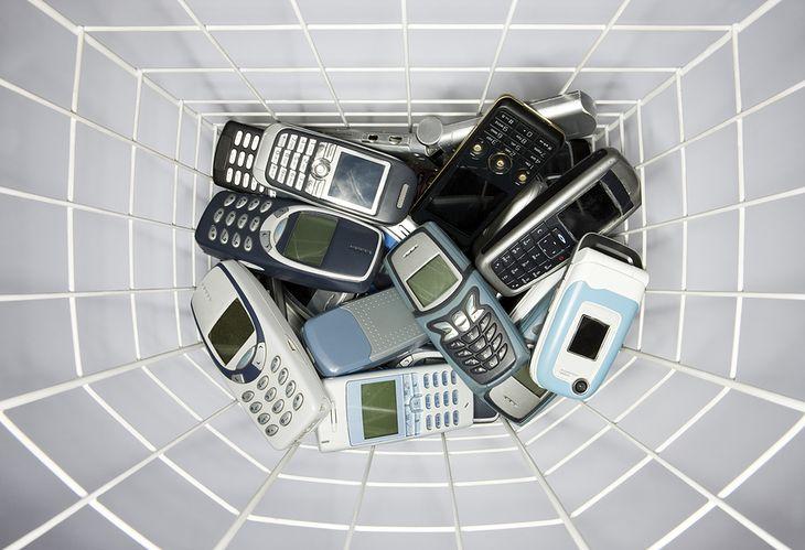 Zdjęcie starych telefonów pochodzi z serwisu shutterstock.com