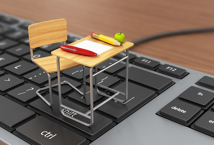 Zdjęcie Desk and chair on the keyboard pochodzi z serwisu Shutterstock
