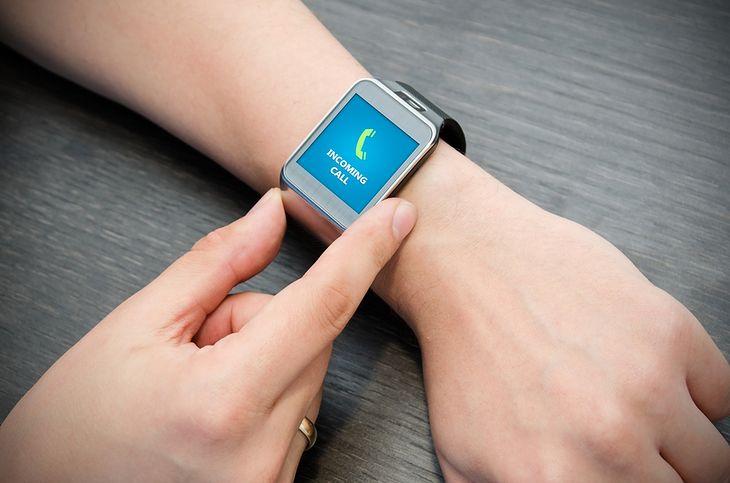 Zdjęcie smartwatcha pochodzi z serwisu shutterstock.com