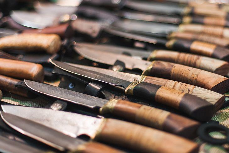 Nóż roboczy przyda się podczas prac obozowych i rozpalania ognia