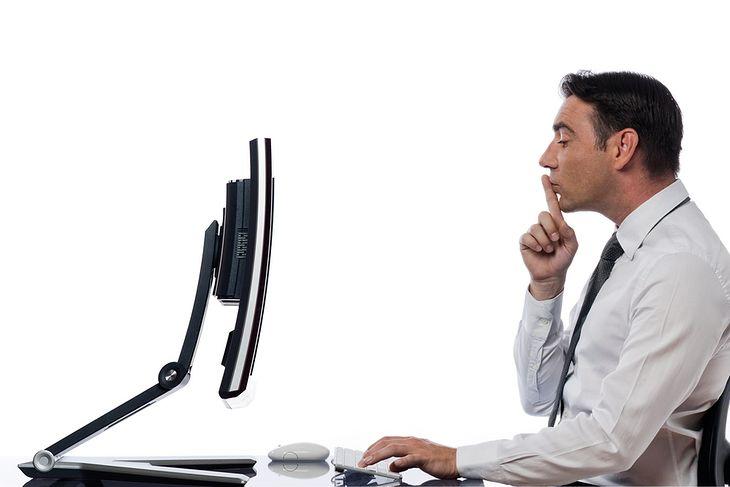 Zdjęcie relationship between a caucasian man and a computer display monitor pochodzi z serwisu Shutterstock