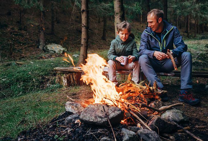 Rozpalenie ogniska jest jedną z pierwszych rzeczy, które robimy na biwaku