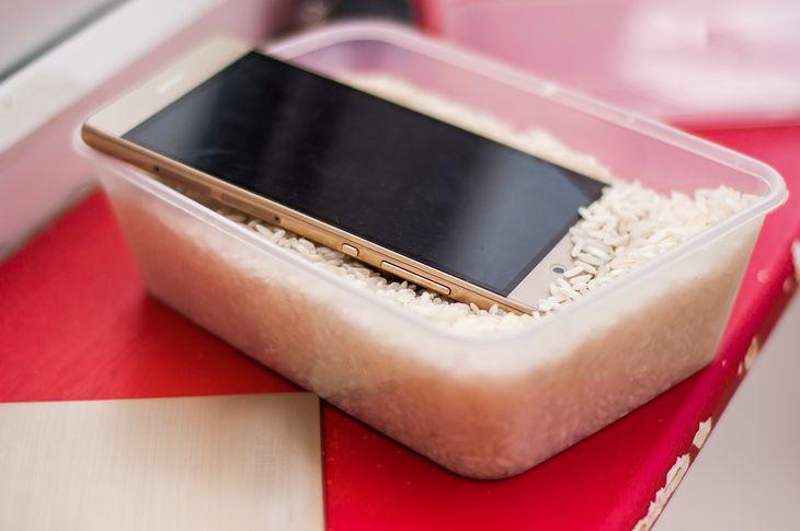 Gdy telefon wpadnie do wody, zwykle kończy się to tragedią