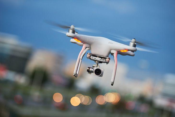 Zabawa dronem to doskonały sposób na spędzenie czasu na świeżym powietrzu