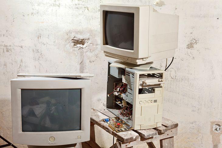 Zdjęcie starych komputerów pochodzi z serwisu Shutterstock