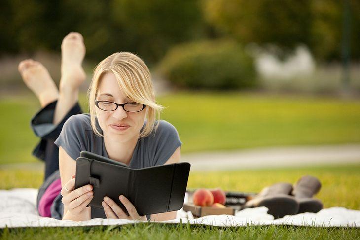 Zdjęcie dziewczyny czytającej książkę pochodzi z serwisu Shutterstock