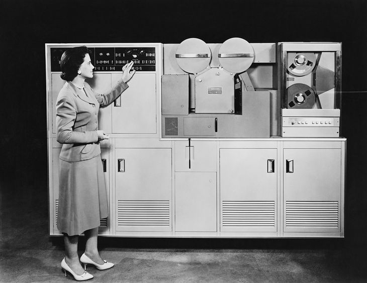 Zdjęcie starego komputera pochodzi z serwisu Shutterstock