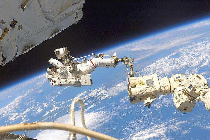 Astronauta Mike Fossum w czasie konserwacji manipulatora Canadarm2 na Międzynarodowej Stacji Kosmicznej