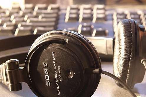 Czego by tu posłuchać? (Fot. Flickr/Taylor Burnes/Lic. CC by-sa)