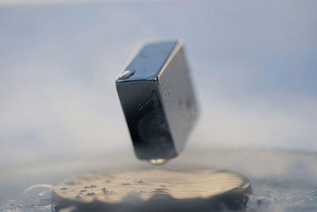 Lewitacja metalu ponad nadprzewodnikiem (fot. Julien Bobroff, Frederic Bouquet, Jeffrey Quilliam CC-BY)