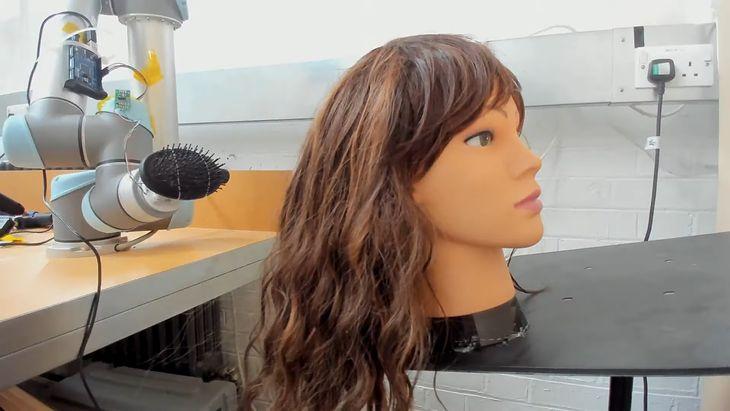 RoboWig - robotyczne ramię do rozczesywania włosów.