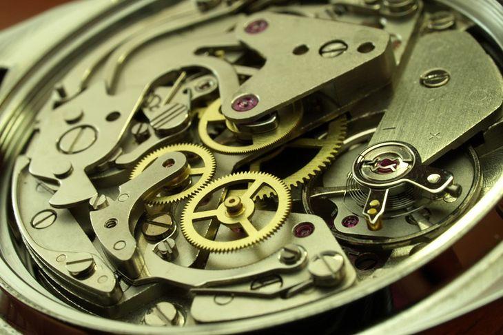 Zdjęcie mechanizmu zegarka pochodzi z serwisu Shutterstock