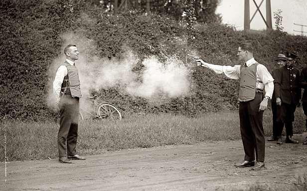 Test kamizelki kuloodpornej (Fot. Wikimedia Commons/Library of Congress)