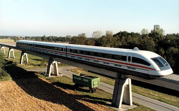 Niemiecki pociąg magnetyczny korzystający z technologii Transrapid