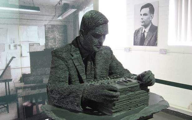 Pomnik Alana Turinga w Bletchley Park (Fot. Wikimedia Commons)