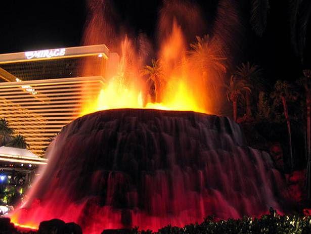 Sztuczny wulkan w Las Vegas. Chyba nie o to chodziło naukowcom? (Fot. Dvice.com)