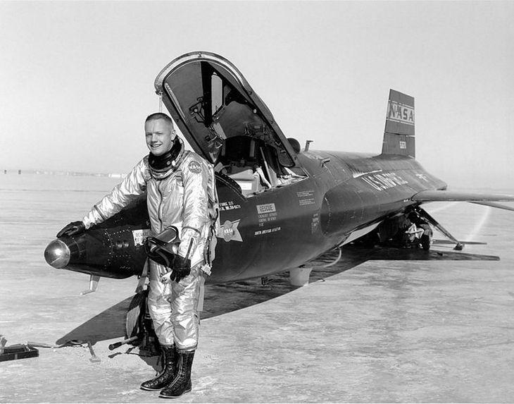 Neil Armstrong obok samolotu X-15 (Fot. Wikimedia Commons)