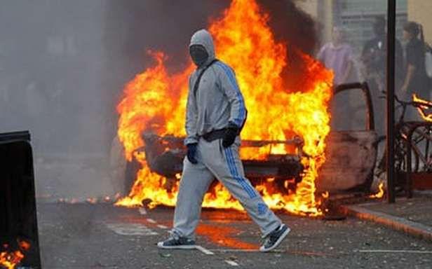 Uczestnik zamieszek w Londynie (Fot. TomScholesFogg.co.uk)