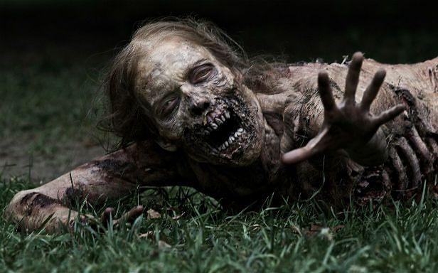 """Zombie z """"The Walking Dead"""" (Fot. AMC)"""