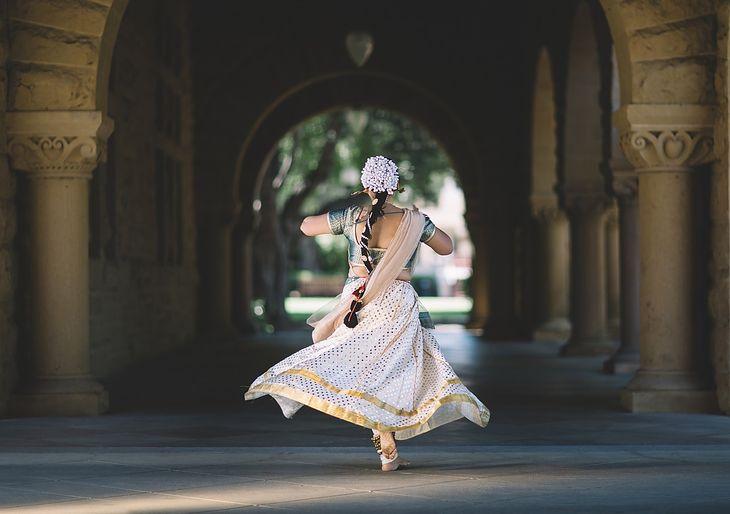 5e2175341e Jakie sukienki wyszczuplają  Fasony sukienek skutecznie tuszujące za duży  brzuszek czy biodra