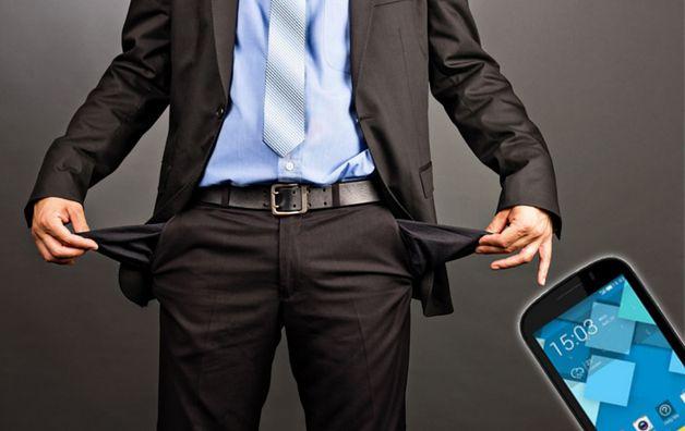 Zmodyfikowane zdjęcie: Business man showing his empty pockets